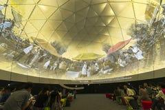 Besucher in der Zukunft von uns Ausstellung in Singapur Stockbild