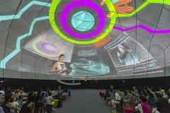 Besucher in der Zukunft von uns Ausstellung in Singapur Stockbilder
