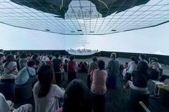 Besucher in der Zukunft von uns Ausstellung in Singapur Lizenzfreies Stockbild