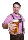 Besucher des bayerischen Oktoberfest mit einem Glas Bier Lizenzfreie Stockfotos