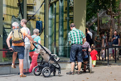 Besucher, die Affen im Zoo von Antwerpen bewundern Stockbild