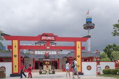 Besucher, die Foto vor Ninjago-Eingang machen Redaktionelles Bild lizenzfreie stockfotografie