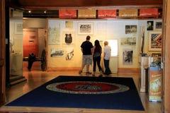 Besucher, die am Haupteingang, selbst-geführten Ausflug, Staat New York-Militärmuseum und Veteranen-Forschungszentrum, 2015 begin Stockbild