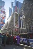 Besucher, die in Linie warten, um Vince Lombardi Trophy Pavilion auf Broadway während der Woche des Super Bowl XLVIII in Manhattan Lizenzfreie Stockfotografie