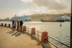 Besucher, die in Richtung der Stadt von Valletta blicken Lizenzfreie Stockfotos