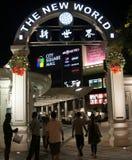Besucher, die singapurianisches Einkaufszentrum betreten Stockfotos