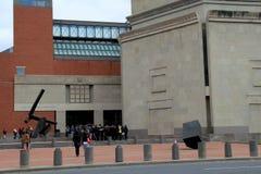 Besucher, die warten, um den emotionalen Tribut über WWII, innerhalb des Holocaust-Erinnerungsmuseums Vereinigter Staaten einzutr Stockbilder