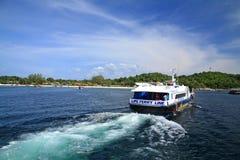 Besucher, die zum KOH Lipe durch Schnellboot vorangehen Stockfotos