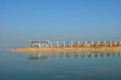 Besucher in Ein Bokek nehmen bei Sead Sea, Israel Zuflucht Stockfoto
