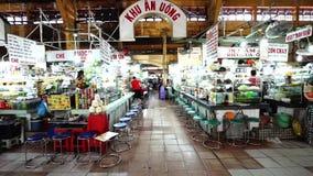 Besucher essen innerhalb Ben Thanh Markets zu Mittag stock video
