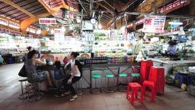 Besucher essen innerhalb Ben Thanh Markets zu Mittag stock footage