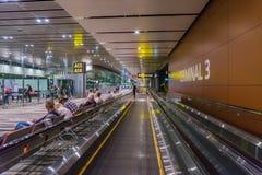 Besucher gehen um Abfahrt Hall in Changi-Flughafen Singapur Lizenzfreie Stockfotografie