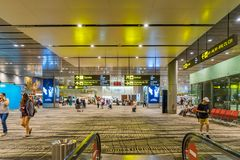 Besucher gehen um Abfahrt Hall in Changi-Flughafen Singapur Stockbild