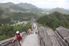 Besucher geht auf die Chinesische Mauer Lizenzfreie Stockfotografie