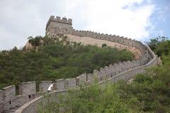 Besucher geht auf die Chinesische Mauer an Stockbild