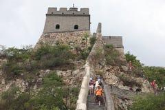Besucher geht auf die Chinesische Mauer an Lizenzfreie Stockfotos