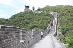 Besucher geht auf die Chinesische Mauer an Stockbilder
