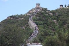 Besucher geht auf die Chinesische Mauer an Stockfotos