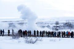 Besucher am Geysir erruption von Strokkur, Island Stockfoto