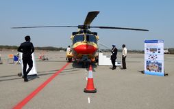Besucher haben Blick an der Hubschrauberausstellung im Flughafenabfertigungsgebäude lizenzfreie stockfotografie
