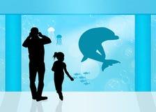 Besucher im Aquarium Lizenzfreies Stockfoto