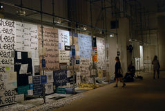Besucher im 6. Moskau Biennale der zeitgenössischer Kunst Lizenzfreies Stockbild
