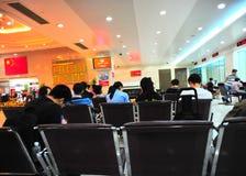 Besucher im Porzellanquerneigungbüro Stockfotos