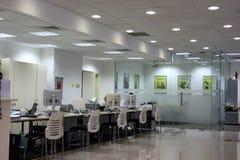 Besucher im Porzellanquerneigungbüro Stockbilder