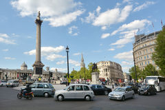 Besucher im Trafalgar-Platz London, England Vereinigtes Königreich Stockbilder