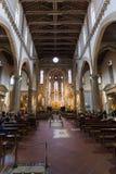 Besucher innerhalb der Basilikadi Santa Croce Stockfotos