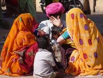 Besucher am Kamel angemessen, Jaisalmer, Indien Stockbilder