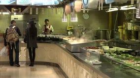 Besucher kaufen chinesisches Lebensmittel an touristischem Handelszentrum Yuyuan in Shanghai, China stock video footage