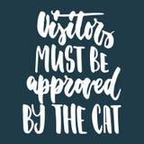 Besucher müssen durch die Katze anerkannt werden - übergeben Sie gezogene Beschriftungsphrase für Tierliebhaber auf dem dunkelbla Lizenzfreies Stockbild