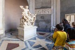 Besucher nahe Laocoon und seiner Sohnstatue, Vatikan Lizenzfreie Stockbilder