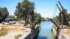 Besucher nahe Pont Van Gogh in Arles stockbild