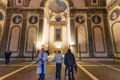 Besucher in Pazzi-Kapelle in der Basilika Santa Croce Lizenzfreie Stockbilder