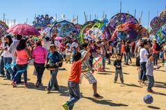 Besucher am riesigen Drachenfestival, der Allerheiligen, Guatemala Lizenzfreies Stockbild
