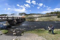 Besucher scharen sich zum großartigen prismatischen Frühling in Yellowstone lizenzfreie stockfotos