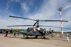 Besucher sehen Militärhubschrauber Ka-52 an Stockfotografie