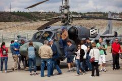 Besucher sehen Militärhubschrauber Ka-52 an Stockbilder