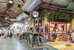Besucher sitzen am Tisch in der Stange im Markt Mahane Yehuda in Jerusalem, Israel Lizenzfreies Stockfoto
