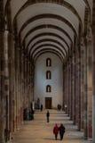 Besucher in Speyer-Kathedrale, Deutschland Stockfoto