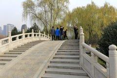 Besucher stehen auf der Steinbogenbrücke des Xian-Museums im Winter, luftgetrockneter Ziegelstein rgb Lizenzfreies Stockfoto
