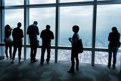 Besucher in Taipeh 101 Stockfotos