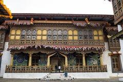 Besucher und einer des enterance Klosters Punakha Dzong oder Pungthang Dewachen Phodrang, Punakha, Bhutan Lizenzfreies Stockfoto