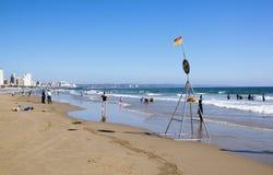 Besucher und Leuchtfeuer auf Addington-Strand in Durban Lizenzfreie Stockbilder