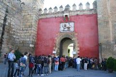 Besucher waitng für den realen Alcazareingang Lizenzfreie Stockfotografie