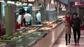 Besucherkauf Rippenstücklebensmittel an touristischem Handelszentrum Yuyuan in Shanghai, China stock video