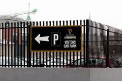 Besucherparkzeichen an Guinness-Lagerhaus, die Brauereierfahrung, welche die Geschichte Irland-` s berühmten Bieres auf St- James stockfotos