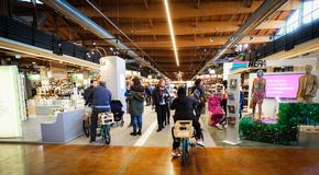 Besucherweg gehen Fahrrad innerhalb des großen italienischen Weltbolognas Lebensmittelstände Fico Eataly Lizenzfreie Stockfotos